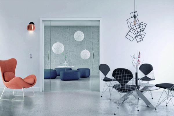 Zweiflügelige Glasschiebetüren in der Wand mit Kabelkanal
